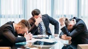 hombres de negocios agotados fracasos de franquicias